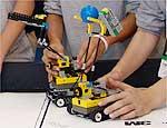 Participantes preparam robôs