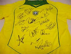 617c9331d8 Folha Online - Informática - Site leiloa camisa autografada da ...