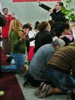 Pastor Marcelo de Souza ora por religiosos que pedem milagres ao Espírito Santo