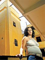 VIZINHANÇA HISTÓRICA Ivanete de Araújo no corredor do prédio em que mora no Brás; o local abriga outras pessoas que recebem o benefício e fica próximo ao edifício São Vito, que pressionou votação do programa