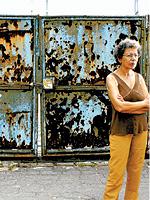 SEM CASA COM A CAUSA GANHA A diarista Merabi Pereira de Santana na rua do abrigo provisório onde mora, no Canindé; mesmo com a garantia judicial, ela não consegue alugar um apartamento utilizando o Bolsa Aluguel