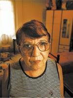 VILA DOS IDOSOS A aposentada Jandira Ferreira da Silva na sala de sua quitinete, na av. Ipiranga, centro de São Paulo; com o fim da bolsa, ela tem esperança de ser encaminhada para uma vila de idosos