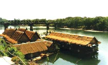 Ponte sobre o rio Kwai, que ainda mantém os arcos da estrutura original