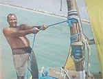 Jangadeiro cearense leva turistas em aventura no mar