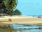 Turistas caminham rumo à praia de Taipu de Fora