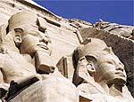 Estátuas do faraó Ramsés 2º no templo em Abu Simbel