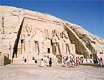 Entrada do templo de Ramsés 2º; estátuas quase intactas