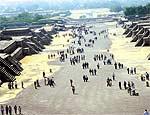 Edifícios simétricos circundam avenida de los Muertos