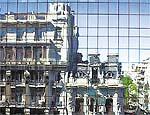 Prédios antigos refletidos na fachada de um prédio no centro de Montevidéu