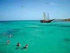 Turistas fazem snorkeling em Boca Catalina