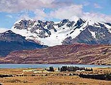 Vista panorâmica da Estancia Cristina, com picos nevados, que marcam divisa com o Chile
