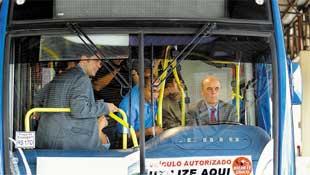 O prefeito de São Paulo, José Serra (PSDB), dirige um ônibus por 20 m no Terminal Casa Verde, na zona norte de SP