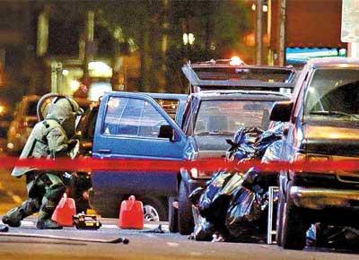 Peritos de esquadrão antibombas examinam o veículo deixado na Times Square, em Nova York