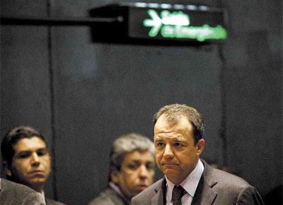 <b>SAÍDA PELA COZINHA:</b> Pressionado após a divulgação de fotos com empresário, Sérgio Cabral deixa evento pela porta dos fundos