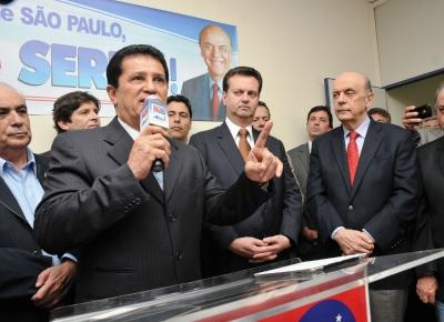 Demitido por Dilma, Alfredo Nascimento (à esq.) discursa no ato que formalizou a aliança com o tucano José Serra