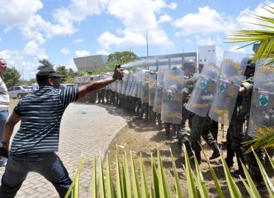 Manifestante lança spray de pimenta em soldados do Exército que cercam a Assembleia Legislativa, em Salvador (BA)