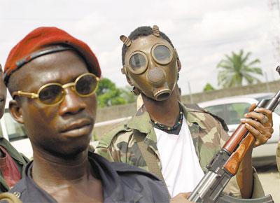 Soldado pró-oposição usa máscara em Abidjã (Costa do Marfim); em 'bunker', o presidente Gbagbo se recusa a deixar o poder