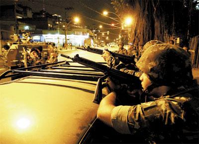 Militares do Exército no complexo do Alemão, no Rio de Janeiro, disparam durante confronto