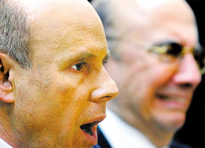 O ministro da Fazenda, Guido Mantega (esq.), e o presidente do Banco Central, Henrique Meirelles, anunciam medidas contra crise
