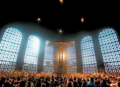 <b>FÉ NA SANTA:</b> Fiéis lotam a Basílica de Nossa Senhora de Aparecida, no interior de São Paulo; em missa, arcebispo diz que internet dissemina a