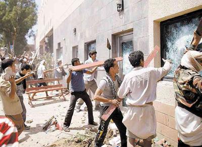 Grupo ataca a Embaixada dos EUA em Sanaa, capital do<br> Iêmen, onde forças de segurança mataram manifestantes