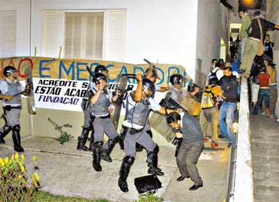 Policiais militares expulsam cerca de 300 alunos que haviam invadido a reitoria do Centro Universitário Fundação Santo André