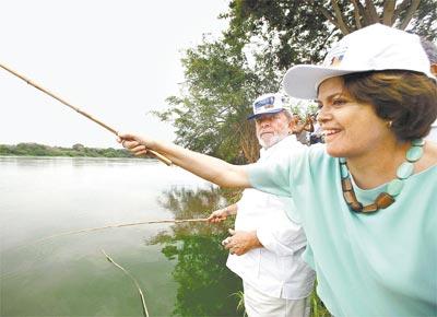 O presidente Lula e a ministra da Casa Civil, Dilma Rousseff, em Buritizeiro (MG), �s margens do rio S�o Francisco