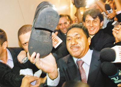 Na sua 1ª visita à Câmara, Francisco Everardo Oliveira Silva (PR-SP), o Tiririca, mostra sapato perdido por jornalista