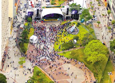 Ato contra a CPMF no Anhangabaú (SP) que pretendia reunir 2 milhões, mas, segundo a PM, só atraiu 15.000 no momento de maior público