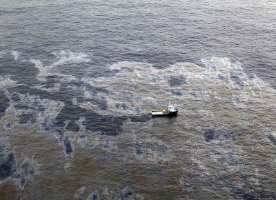 <b>MAR SUJO</b> Barco tenta conter óleo que vazou de plataforma na bacia de Campos; plano contra grandes vazamentos, de 2003, não saiu do papel
