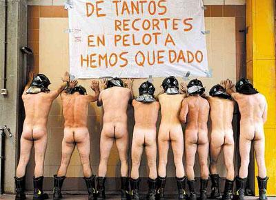 Bombeiros da Espanha protestam com cartaz que diz: