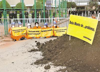Protesto do grupo Greenpeace, que jogou esterco de vaca em frente<br> ao prédio da Agência Nacional de Energia Elétrica, em Brasília