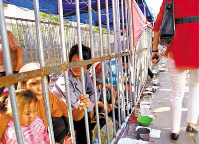 <b>ZOOLÓGICO HUMANO:</b> Famílias de mendigos são enjauladas por autoridades da cidade de Xinjian, na China, para evitar o assédio a peregrinos em festival religioso