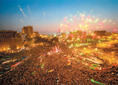 Egípcios lotam a praça Tahrir, epicentro da revolta contra o ditador Mubarak, e festejam a vitória de Mohamed Mursi, da Irmandade Muçulmana