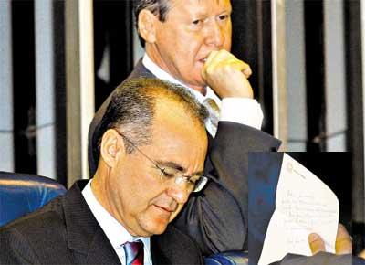 Renan Calheiros e Arthur Virgílio, que recebeu do presidente do Senado bilhete (destaque) no qual pede ajuda