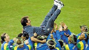 Brasileiras jogam para o alto o t�cnico da equipe,  Ren� Sim�es, ap�s  partida com os EUA