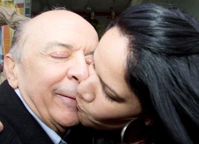 <b>BEIJO ROUBADO:</b> A vendedora Talita Coelho beija o candidato do PSDB à Prefeitura de São Paulo, José Serra, durante caminhada na rua José Paulino, no Bom Retiro