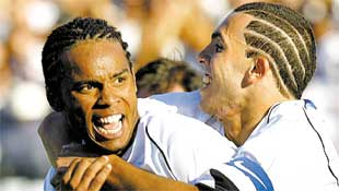 Carlos Alberto é abraçado por Tevez após marcar o terceiro gol do Corinthians contra a Ponte Preta, no Morumbi