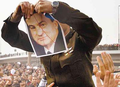 Oficial do Exército que se juntou a protestos rasga foto do ditador egípcio, Hosni Mubarak