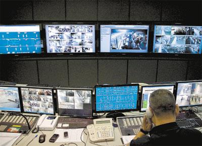 Funcionário no centro de controle operacional do Metrô de São Paulo; delegacia exclusiva do sistema de trens e metrô paulistano registra média de 9 furtos por dia, principalmente carteira e telefone