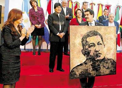 Anfitriã da cúpula do Mercosul, a argentina Cristina Kirchner entrega pintura do presidente venezuelano Hugo Chávez ao chanceler do país