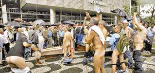 Resultado de imagem para petroleiro pelado em frente a sede da Petrobrás